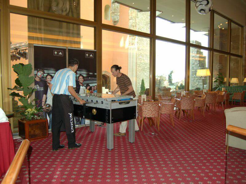 Csocsó asztal a vendégek szórakoztatására a Foci VB idejére