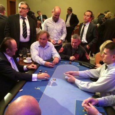 Texas Hold'em Poker asztal krupiéval