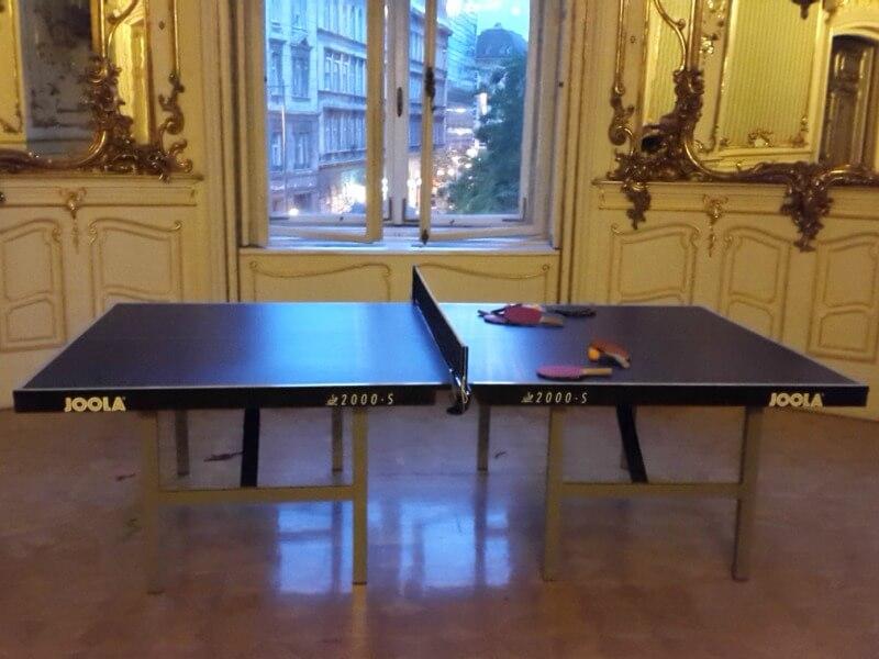 Beltéri profi versenyek lebonyolítására alkalmas asztalitenisz asztal.